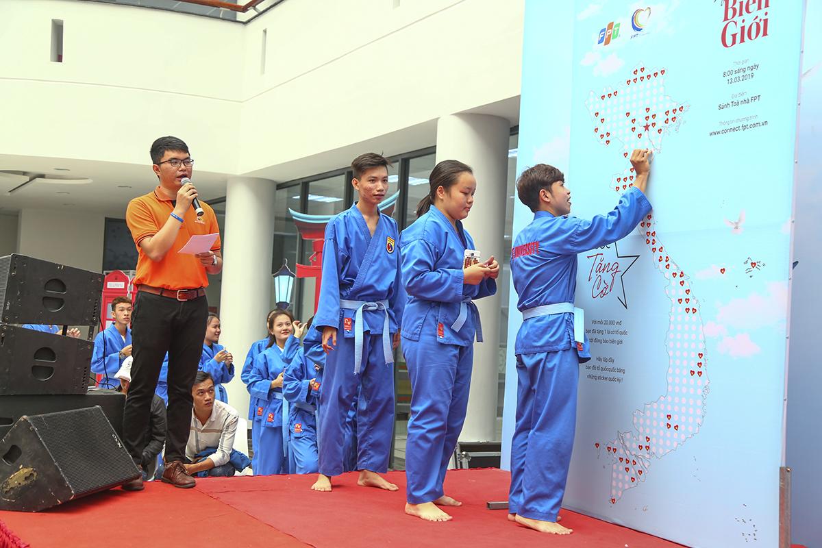 Các em sinh viên của ĐH FPT cũng tranh thủ giờ học Vovinam để tham dự chương trình và ủng hộ những chiếc sticker để gây quỹ.