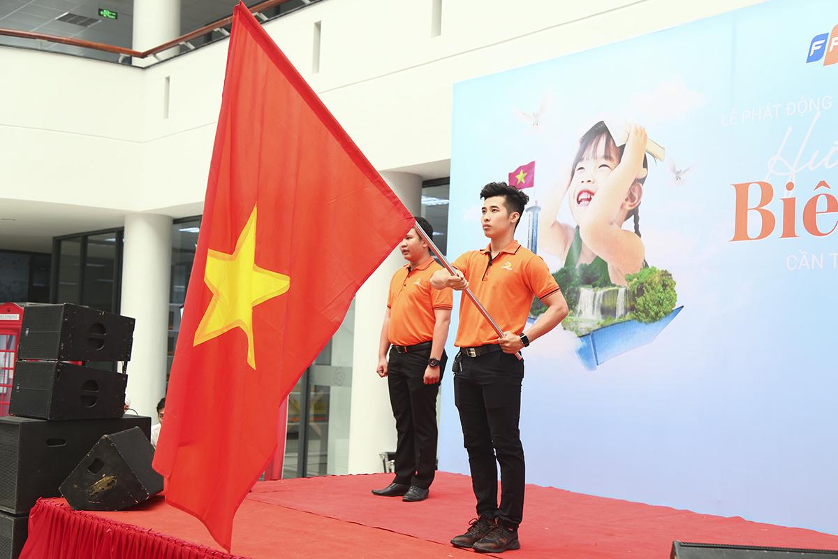 Mặc dù có lượng người tham dự ít hơn năm trước nhưng lễ phát động Ngày FPT vì cộng đồng 2019 ở Cần Thơ vẫn diễn ra trong không khí trang trọng khi các thành viên nhà F cùng chung một màu áo cam hướng về tổ quốc giống như chủ đề của chương trình năm nay.