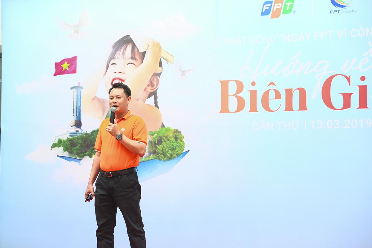 """Anh Nguyễn Phong Phú – PGĐ FPT Telecom Vùng 7 chia sẻ về ý nghĩa và những hoạt động thiết thực của chủ đề Ngày FPT vì cộng đồng năm nay. Theo anh Phú, điểm nổi bật của chương trình là sự kiện quyên góp quốc kỳ có quy mô toàn quốc, diễn ra bằng hai hình thức (trong lễ phát động và các chi nhánh FPT Telecom tại 25 tỉnh vùng biên). """"Chương trình được FPT tổ chức nhằm tưởng niệm những mất mát, hy sinh của Việt Nam trong trận chiến bảo vệ biên giới từng diễn ra cách đây 40 năm"""", anh Phú khẳng định."""