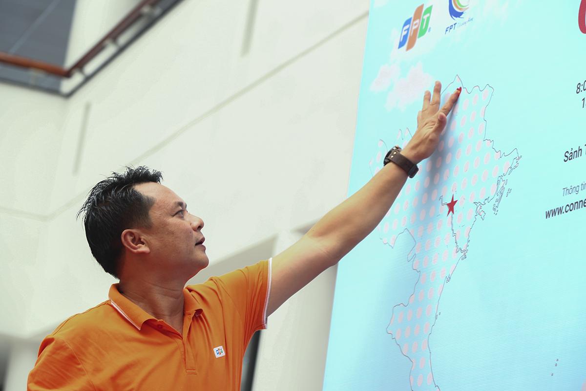 Anh Nguyễn Phong Phú là người dán lá sticker đầu tiên ngay khu vực địa đầu tổ quốc. Mỗi chiếc sticker có giá trị quy đổi 20.000 đồng để gây quỹ ủng hộ quyên góp quốc kỳ tặng cho các tỉnh biên giới.