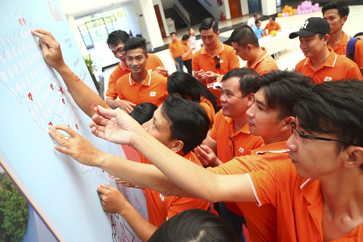 Đã có hơn 320 chiếc sticker được gần 100 người nhà F Cần Thơ dán lên để phủ kín tấm bản đồ Việt Nam do BTC chuẩn bị sẵn.