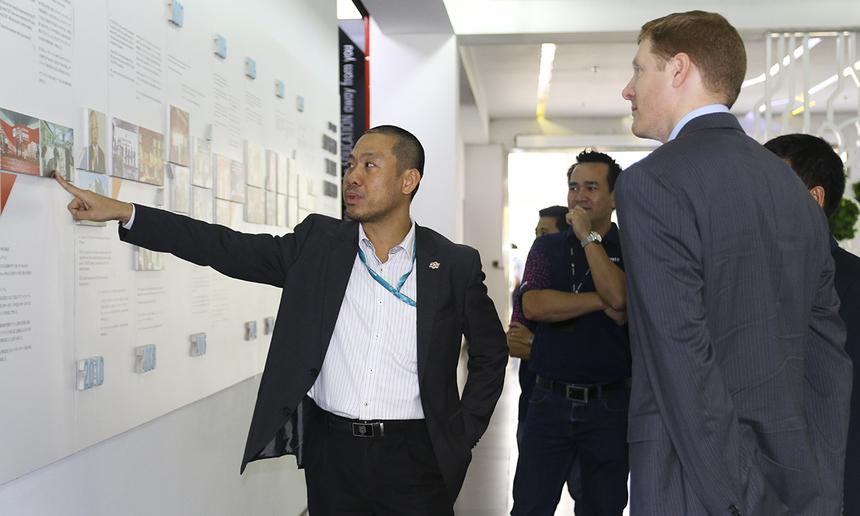 Anh Nguyễn Đức Quỳnh đưa đại diện của Airbus tham quan F-Town và giới thiệu sơ lược về lịch sử hình thành phát triển của FPT Software.