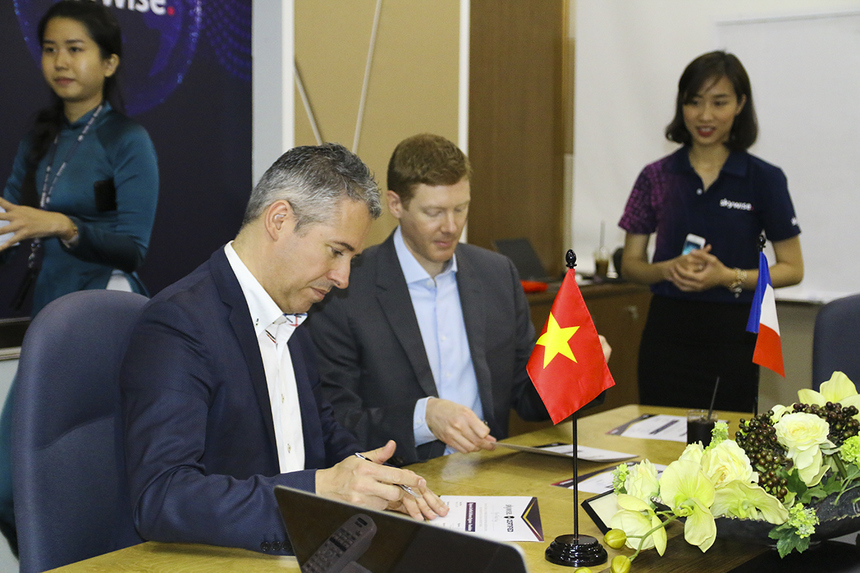 """Đại diện Airbus ký chứng nhận hoàn thành chương trình huấn luyện kỹ sư Skywise trao cho các thành viên FPT Software. """"Kỹ sư FPT Software rất chuyên nghiệp trong các dự án cùng chúng tôi. Thế mạnh của các bạn là sự linh hoạt và tương tác tốt"""", ông Frank Bignone (Giám đốc chuyển đổi số Airbus khu vực châu Á-Thái Bình Dương và Trung Quốc) đánh giá."""