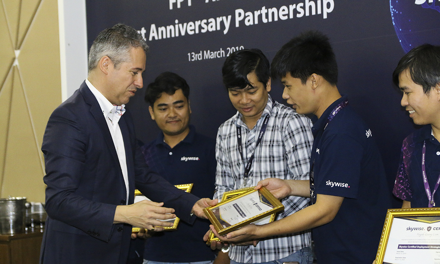 Cạnh đó, Airbus cũng có chương trình huấn luyện kỹ sư Skywise. Là đối tác đầu tiên trải qua chương trình đào tạo về nền tảng Skywise, FPT Software cam kết sẽ đầu tư nguồn lực, đặc biệt là con người để phát triển Skywise. Ảnh ông Matthew Evans và Frank Bignone đại diện Airbus trao giấy chứng nhận cho những kỹ sư của FPT đã hoàn thành chương trình. Đồng thời, đại diện Airbus và FPT Software cũng khen thưởng các cá nhân có năng suất vượt trội trong năm qua.