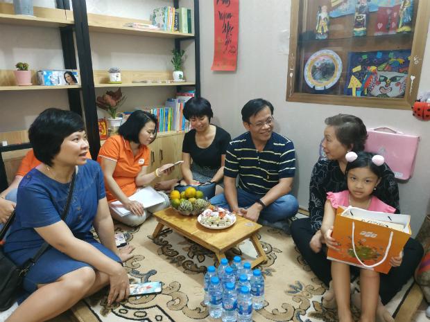 Gia đình cuối cùng FPT đến thăm của chị Đinh Thị Thủy Hồng, cựu nhân viên FPT Software. Bé Châu Anh, con gái chị đang học lớp hai, có nhiều năng khiếu như vẽ, viết văn, bơi lội... Bé từng gửi bức thư cho chị Thanh Thanh trong chuyến đi Singapore - Malaysia năm 2018, do FPT small tổ chức.
