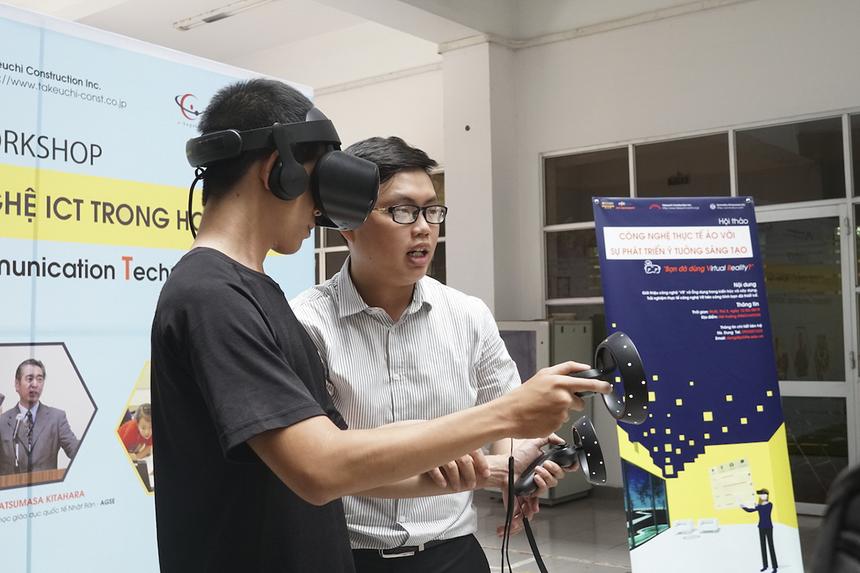 """Bạn Phạm Hữu Lợi K12, ngành Kỹ thuật Phần mềm, cho biết, trước đây cũng đã được tiếp cận với kính VR. Tuy nhiên, đây là lần đầu tiên Lợi tìm hiểu rõ hơn những ứng dụng thực tiễn của loại kính này. """"Không chỉ để trải nghiệm cảm giác 3D mà nó còn hỗ trợ rất nhiều trong kiến trúc, xây dựng"""", nam sinh ĐH FPT chia sẻ và mong muốn sẽ có nhiều hơn những buổi hội thảo như vậy để sinh viên được trải nghiệm công nghệ mới."""