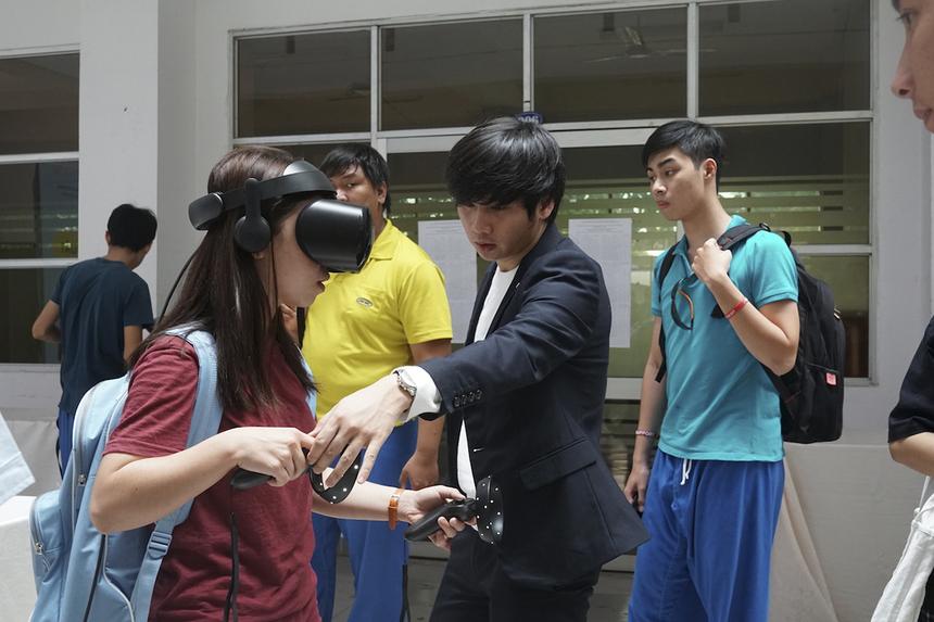 Kính thực tế ảo là công cụ cho phép người sử dụng trải nghiệm công nghệ thực tế ảo bao gồm các nội dung như hình ảnh, video, trò chơi... ngay trên điện thoại thông minh.Khi đeo kính, người dùng có cảm giác như mình đang ở trong khung cảnh, được nhìn và tương tác. Có khi là một trận chiến ảo, thế giới dưới nước hay khoảng không vũ trụ. Các ứng dụng và bộ dụng cụ đeo trán tích hợp không gian 3 chiều (3D).
