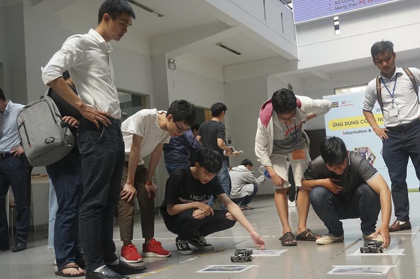Các sinh viên của trường không chỉ được hướng dẫn lập trình điều khiển robot mà còn được tận tay trải nghiệm cách vận hành những robocon ở khu vực sảnh.