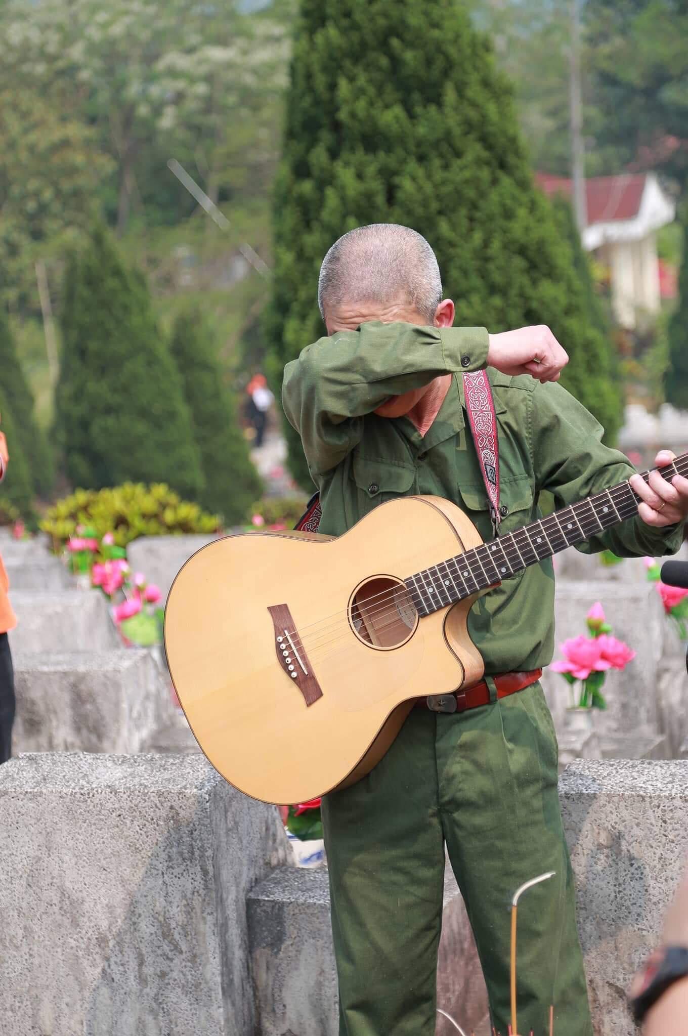 """Khi nốt nhạc cuối vang lên, anh Hải xúc động khóc. Anh đặt nhẹ tay lên mộ các liệt sĩ, giọng nghẹn ngào, hứa: """"Tạm biệt các đồng chí, tháng Bảy giỗ trận tôi lại lên""""."""