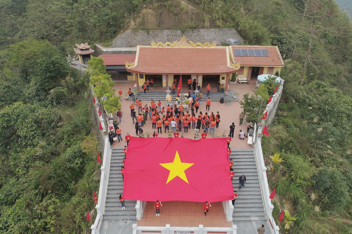 7h sáng, đoàn xe chở nhà F đến chân đài tưởng niệm. Tại đây, người FPT xếp thành hai hàng, được dẫn đầu bởi anh Trương Quý Hải và các lãnh đạo, tiến vào khu vực dâng hương. Lá cờ đỏ mà màu áo cam nổi bật trên nền rừng núi Hà Giang.