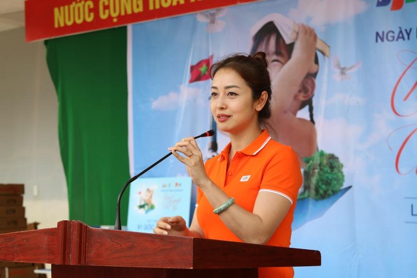 Hoa hậu người Việt tại Mỹ cho biết, hơn 6 tiếng di chuyển trên xe, cả đoàn không tránh khỏi sự mệt mỏi. Tuy nhiên, cô cảm thấy quãng đường dài không đáng gì so với những gì đoàn thiện nguyện được trải nghiệm trên hành trình lan tỏa yêu thương đến các em học sinh vùng cao Vị Xuyên.
