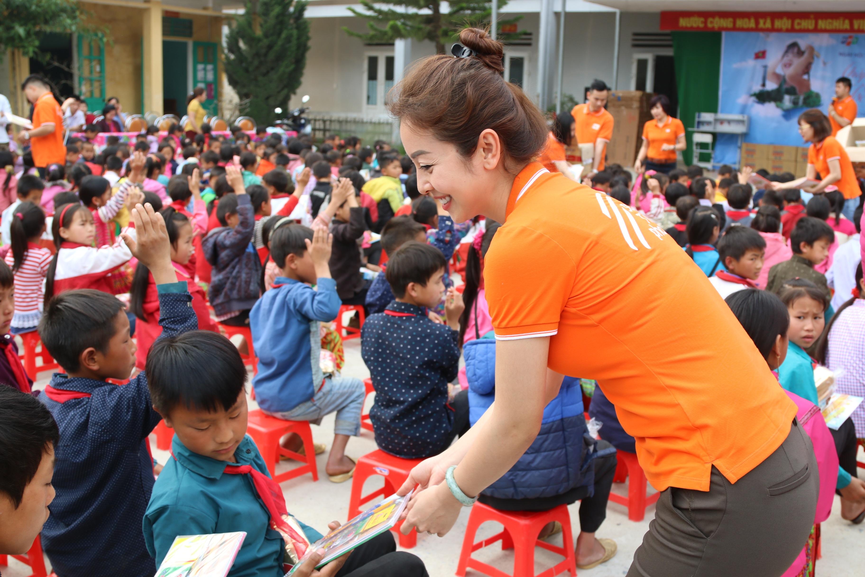 Điều kiện học tập và sinh hoạt của các em nơi đây rất khó khăn và thiếu thốn, Jennifer Phạm cùng đoàn FPT hy vọng những phần quà nhỏ sẽ giúp các em lạc quan hơn.