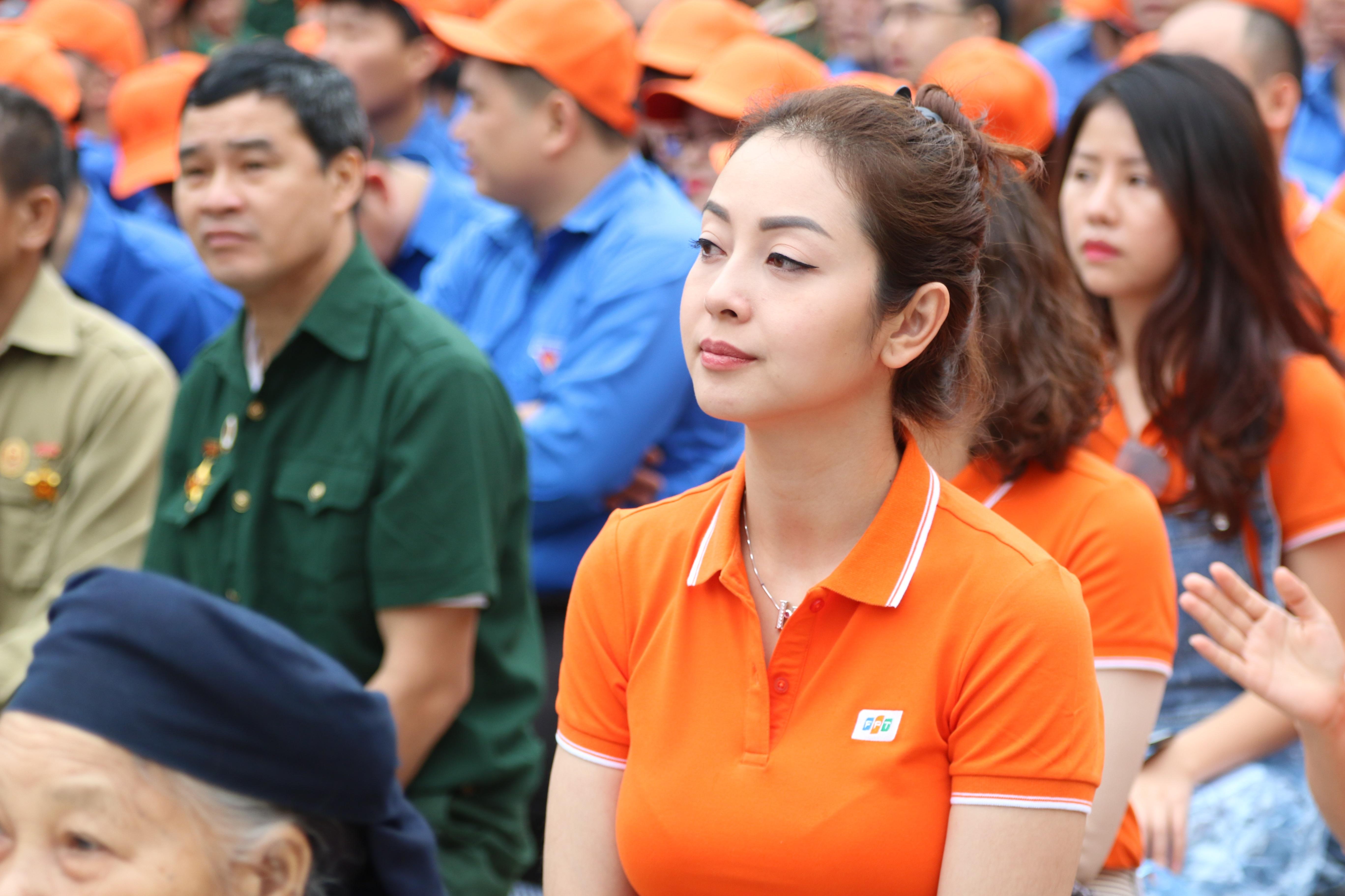 Jennifer Phạm là Hoa hậu châu Á tại Mỹ năm 2006 (Miss Asia USA). Hiện nay, cô trở thành một trong những gương mặt được yêu mến trong các chương trình truyền hình trực tiếp. Với giọng nói dịu dàng, thanh thoát, khả năng tiếng Anh tốt cùng sự thông minh, nhanh nhạy, Jennifer thường đảm nhận vai trò MC trong các chương trình lớn tại Việt Nam và nước ngoài.  FPT kêu gọi CBNV quyên góp 6.000 lá cờ tặng các hộ gia đình vùng biên. Đây là một trong hai hoạt động điểm nhấn trong chuỗi hành động vì cộng đồng năm nay, bên cạnh việc tặng và lắp đặt 1.000 góc học tập cho trẻ em nghèo tại 25 tỉnh thành biên giới. Chương trình quyên tặng quốc kỳ được tổ chức song hành cùng lễ phát động FPT vì cộng đồng 2019, liên tục từ ngày 11/3 đến 13/3 tại 4 vùng miền tổ quốc. Số cờ này được FPT cử đại diện trao tận tay người dân vùng biên viễn. Đặc biệt năm nay chương trình tập trung chủ đạo tại Hà Giang. Theo đó, ngày 14-15/3, hơn 100 người FPT lên huyện Vị Xuyên (Hà Giang), một trong những mặt trận ác liệt nhất trong cuộc chiến bảo vệ chủ quyền biên giới năm 1979 và 1984, để tặng 2.000 lá cờ, 400 góc học tập cho các hộ gia đình và trẻ em nghèo. Trong trường hợp CBNV không thể mang cờ ủng hộ trực tiếp, Ban tổ chức có hỗ trợ bằng hình thức chuyển khoản. Để thực hiện theo cách này, người FPT truy cập vào website connect.fpt.com.vn, chọn tặng cờ và đăng nhập. Mỗi lá cờ ủng hộ bằng hình thức chuyển khoản tương đương 20.000 đồng.
