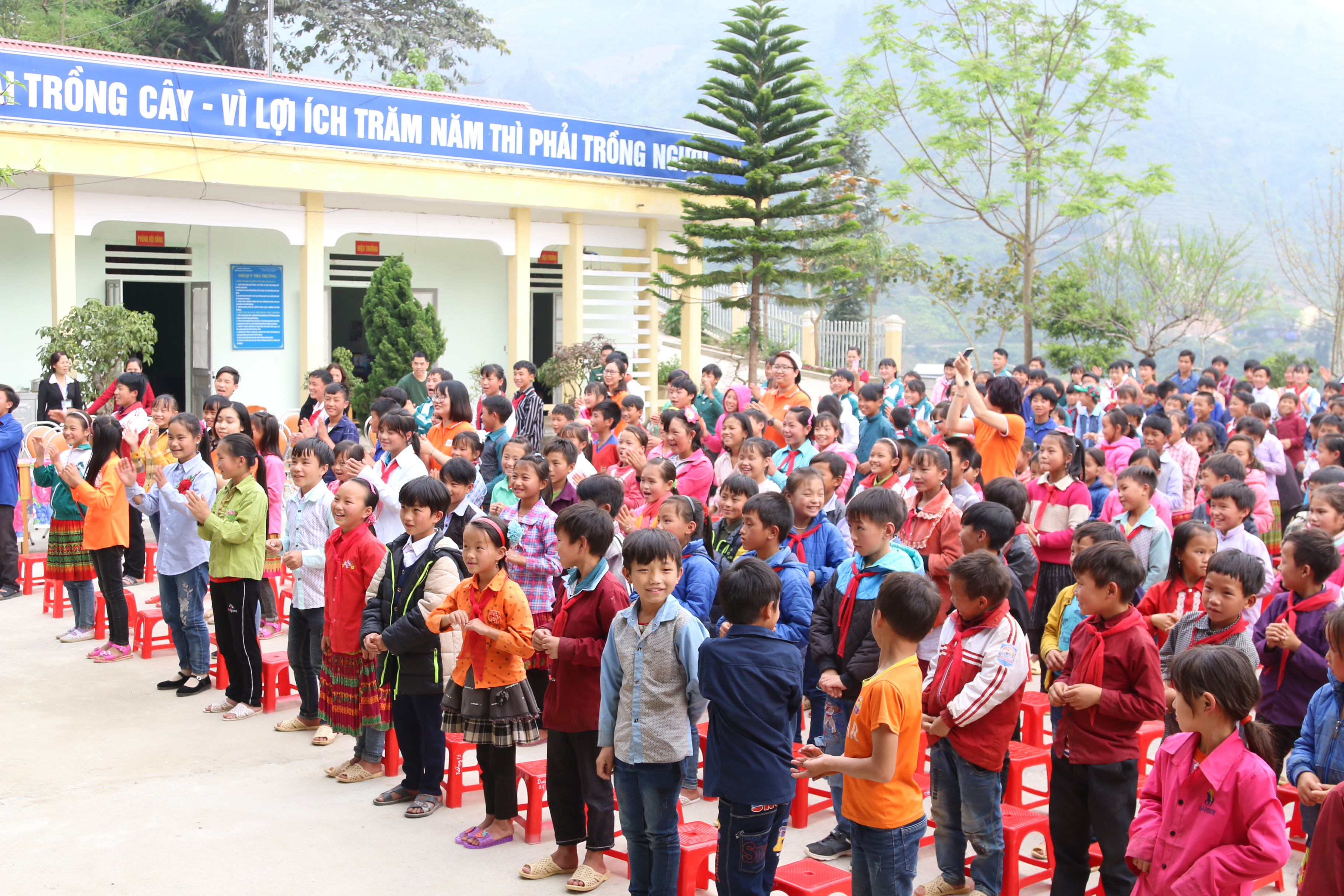Trường nằm ở lưng chừng núi, thuộc vùng chính sách số 3 với 19 lớp học, 498 học sinh cấp 1 và 2. Học sinh của trường 100% là dân tộc H'mông, học nội trú và bán trú tại trường.