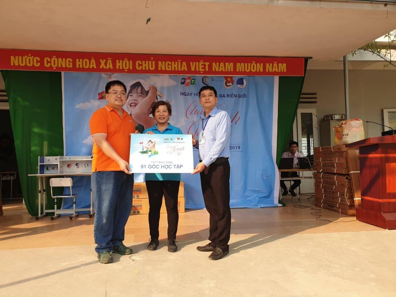 Chị Trương Thanh Thanh và anh Hoàng Nam Tiến đã trao tặng nhà trường 91 góc học tập cho các em học sinh.