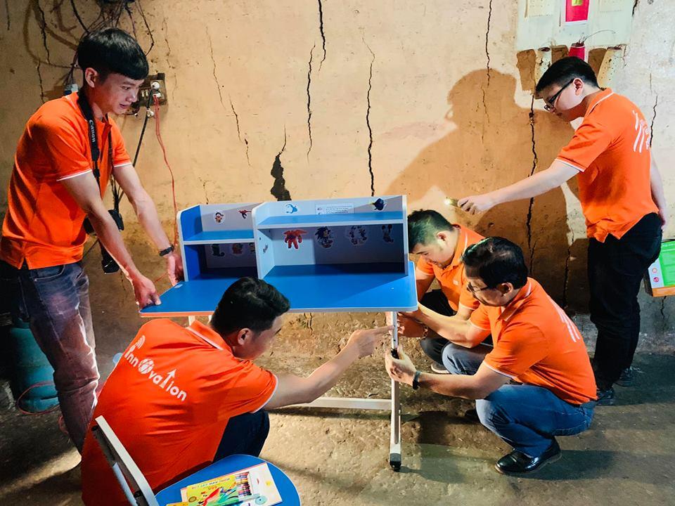 Ngay sau khi chia tay nhà trường và các em học sinh Lao Chải, đoàn đến với gia đình một em học sinh của trường thuộc hộ nghèo trong xã để trực tiếp trao tặng và lắp đặt góc học tập.