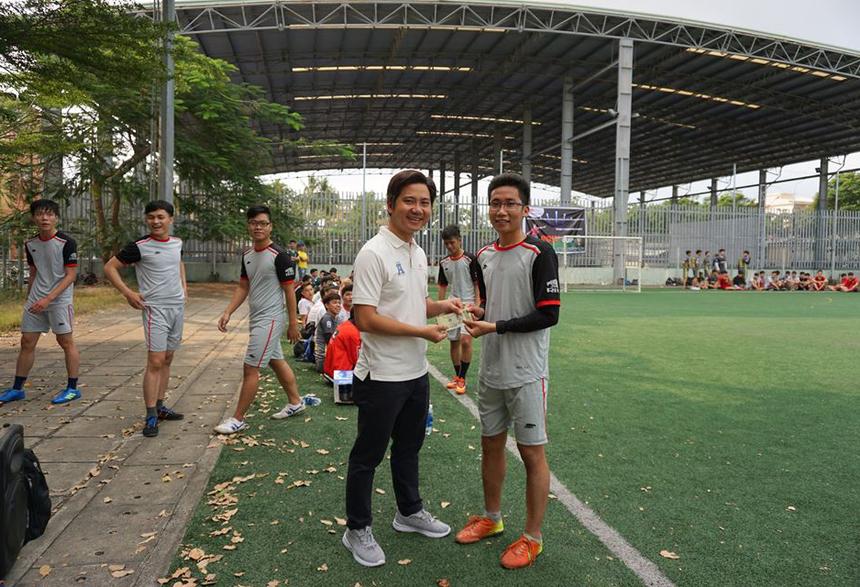 Trưởng phòng Tuyển sinh FPT Polytechnic Đà Nẵng - anh Nguyễn Đình An thưởng nóng cho cầu thủ Đa Min nhờ cú hat-trick đầu tiên của giải.