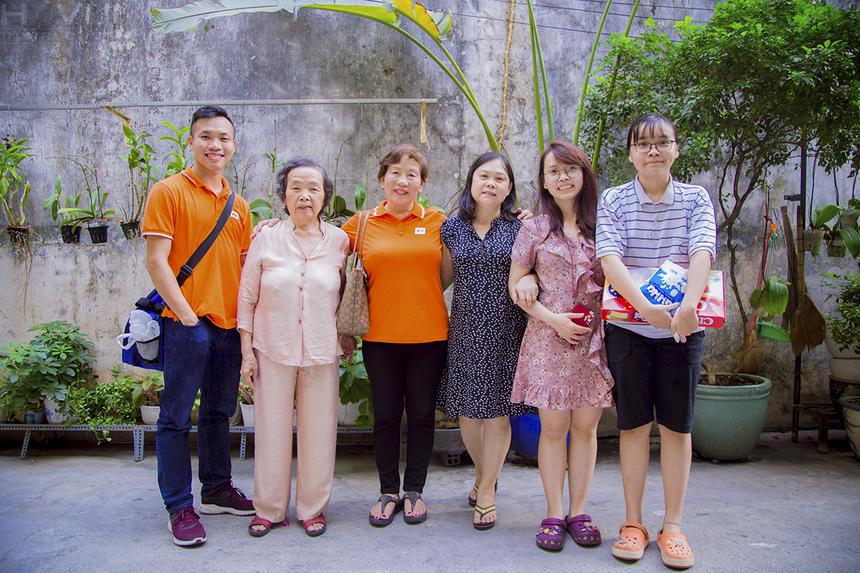 """Ngày 17/3, chị Trương Thanh Thanh, Giám đốc Trách nhiệm xã hội (CSR) FPT, cùng đồng nghiệp đến thăm hỏi các gia đình CBNV đã qua đời. Đây là hoạt động thường niên trong chương trình """"Cùng bố mẹ bên con"""" - một trong những hoạt động ý nghĩa và giàu tính nhân văn, được FPT thực hiện vào tháng 3 hằng năm. Gia đình đầu tiên là nhà anh Nguyễn Thành Sơn, cựu nhân viên FPT IS. Sau ngày biến cố lớn trong cuộc sống, chị Đặng Thị Tuyết Mai (vợ anh Sơn) cùng với ông bà nội của các con đã dần vượt qua những khó khăn thường nhật khi thiếu vắng người đàn ông trụ cột trong gia đình để nuôi hai con khôn lớn. Chị chia sẻ dù phải thức khuya dậy sớm lo việc buôn bán nhưng hai người con chính là động lực để chị cố gắng."""