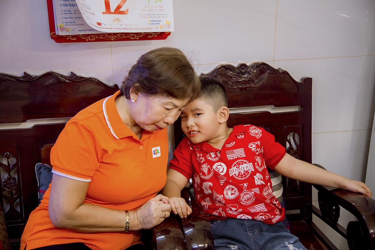 Gia đình tiếp theo mà đoàn đến thăm là nhà chị Trần Thị Xuân Lan, nhân viên FPT Telecom. Con trai chị là bé Nguyễn Trần Tuấn Kiệt (6 tuổi). Chị Lan mất vì tai nạn giao thông năm 2014 khi trên đường đi làm về. Lúc đó, bé Kiệt mới 9 tháng tuổi.