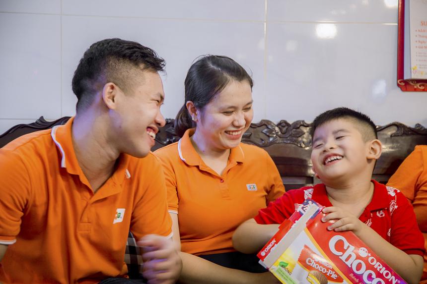 Mặc dù phát âm khá khó khăn trong trò chuyện nhưng bé Tuấn Kiệt luôn tươi cười khi được cô chú trong đoàn trao quà bánh. Hai bố con Kiệt đang ở cùng ông bà ngoại để tiện chăm sóc. Tại mỗi gia đình, bên cạnh các thành viên từ FPT HO còn có đồng nghiệp đơn vị đến thăm và động viên.