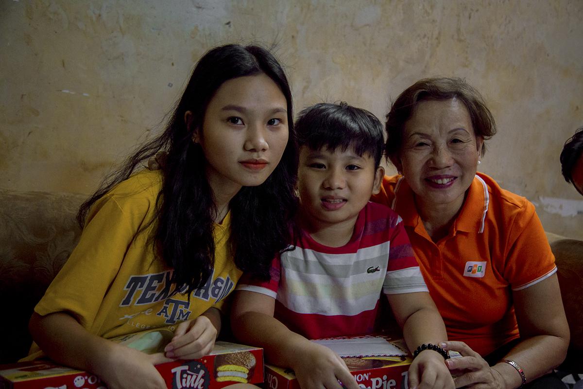 """Chị Trương Thanh Thanh tận tình hỏi thăm tình hình sức khỏe, nhất là việc học tập của hai con. """"Người nhà F sẽ không bao giờ quên những đóng góp của từng nhân viên đã đóng góp vào sự phát triển của FPT"""", Giám đốc Trách nhiệm xã hội FPT chia sẻ."""