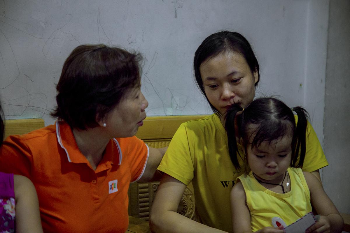 Nằm sâu trong con hẻm nhỏ ở phường Tăng Nhơn Phú B (quận 9, TP HCM) là gia đình anh Lê Quang Huyền, cựu nhân viên FPT Software và trước đó là FPT Online. Anh Huyền vừa ra đi vào cuối năm 2018, để lại người vợ hiền mới ngoài 30 cùng hai đứa con gái Lê Thanh Hằng (8 tuổi) và Lê Thanh Thủy (3 tuổi).