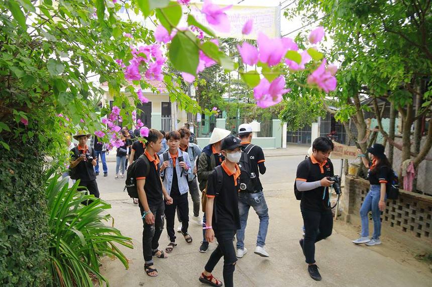 Một trong những địa danh mà đoàn sinh viên BTEC FPT không thể bỏ qua chính là làng gốm Thanh Hà 500 năm tuổi, nằm bên sông Thu Bồn, cách khu phố cổ Hội An 3 km về phía tây.