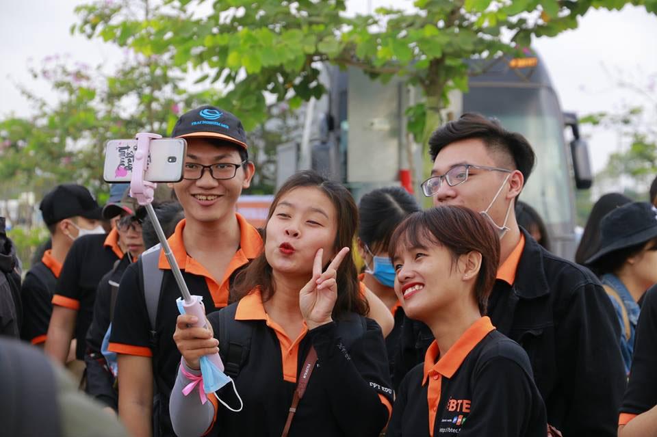 Tại các địa danh, sinh viên BTEC FPT cơ sở Đà Nẵng đều tranh thủ lưu lại khoảnh khắc đẹp cùng nhau. GĐ Tuyển sinh BTEC FPT cơ sở Đà Nẵng Trần Lê Anh Minh cho biết, chương trình là dịp để sinh viên rèn luyện kỹ năng và khám phá nét đẹp truyền thống của Hội An.