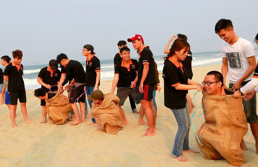 Sau khi tham quan Hội An, đoàn tổ chức teambuilding tại bãi biển Hà My. Đoàn chia thành 4 đội để tham gia tranh tài gồm: Đỏ, Xanh, Tím và Hồng.