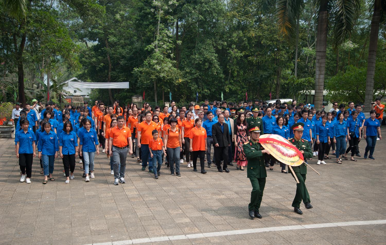 Đến nghĩa trang Vị Xuyên - nơi yên nghỉ của 1.780 liệt sĩ ngày 14/3, người F đã cùng thắp hương từng phần mộ và tham gia nhiều hoạt động tưởng niệm.