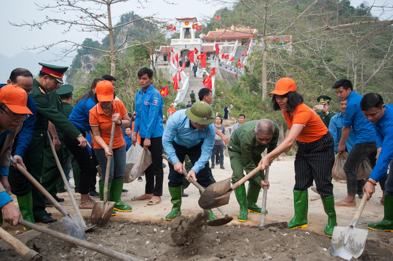 Đồng thời, người F tham gia khởi công xây dựng đoạn đường bê tông dài 200m, dẫn vào bản Nậm Ngặt nằm sát biên giới.