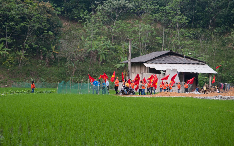 Trong hành trình, FPT cũng tặng quốc kỳ cho mỗi hộ dân các xã biên giới tại Vị Xuyên.