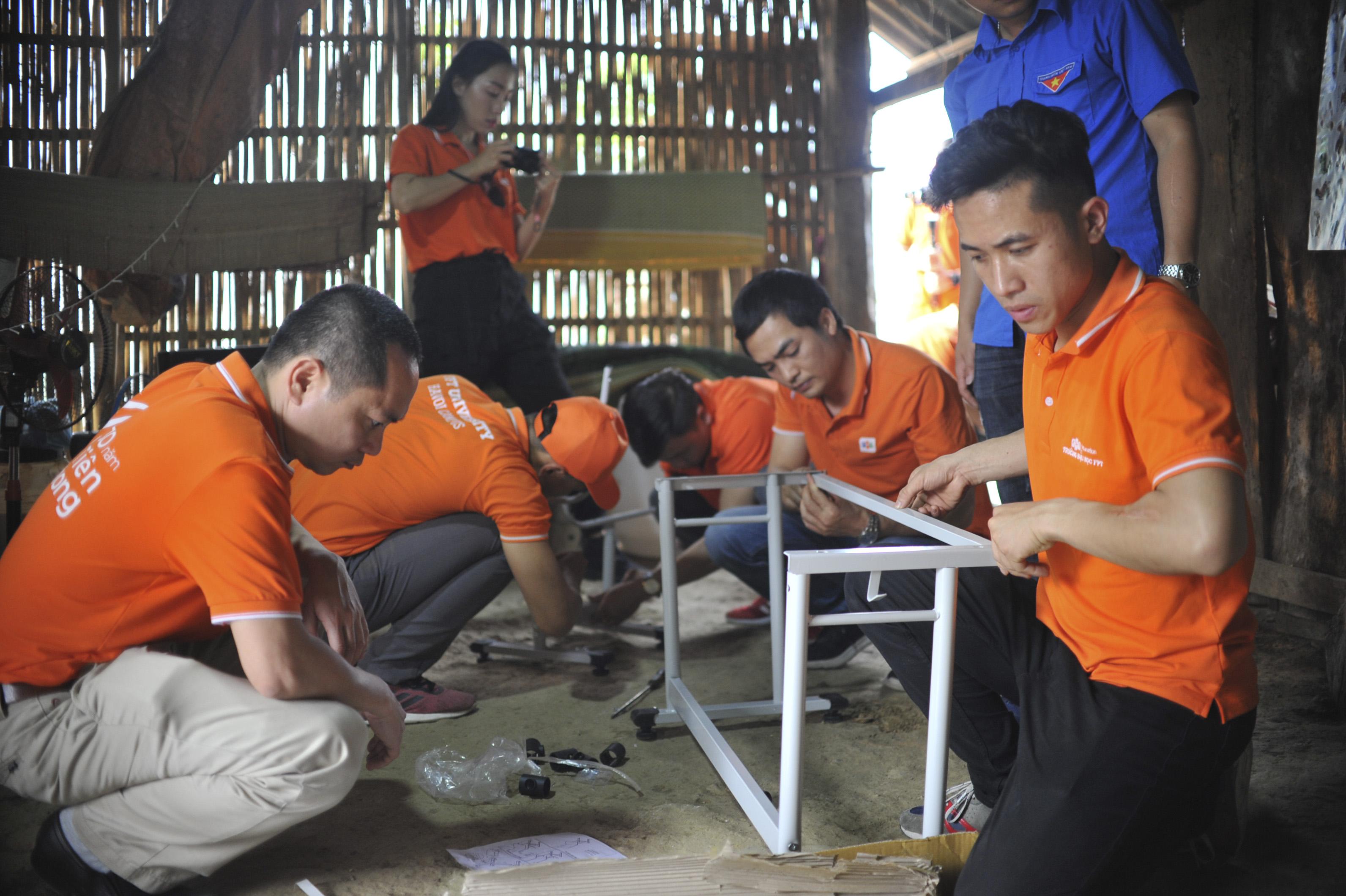 Bên cạnh đó, người FPT đến tận nhà các em nhỏ được trao góc học tập để lắp đặt bàn học. Công việc này không dễ, thường các nhóm sẽ mất từ 30 phút đến 1 tiếng để giúp các em có góc học tập mới, khang trang.