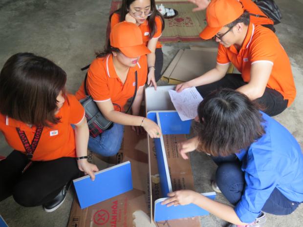Anh Lê Đức (FO) cùng các chị em thảo luận. Ảnh: Huyền Trang.