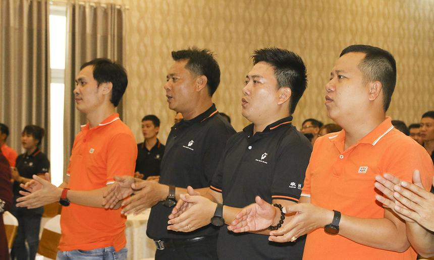 Mở đầu, toàn thể người tham gia hòa nhịp vào ca khúc STCo truyền thống của CLB Cá mập.