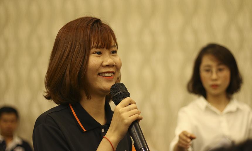 Tô Hoài Như, FPT Telecom Cà Mau, thành viên CLB Cá mập, đặt câu hỏi cho Ban Điều hành. Điểm chung của các salesman là luôn phải đối mặt với áp lực thời gian và yêu cầu khách hàng, đôi lúc rơi vào tình trạng mất cân bằng.