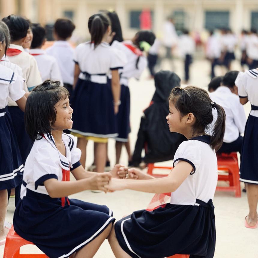 Ch'Ơm là một trong những xã vùng cao đặc biệt khó khăn ở huyện miền núi Tây Giang, tỉnh Quảng Nam, sát biên giới nước bạn Lào. Người dân nơi đây hầu hết là đồng bào dân tộc thiểu số, thôn bản xa trung tâm xã nên từ lớp 4 học sinh phải xa nhà, trọ học. Phần lớn các em còn nhỏ, chưa tự chăm sóc bản thân, giáo viên nơi đây vừa giảng dạy trên bục giảng, vừa làm cha mẹ, anh chị của các em.