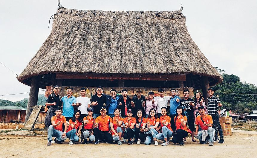 """Sự kiện Người FPT vì cộng đồng 2019 mang chủ đề """"Hướng về biên giới"""". Chương trình gồm nhiều hành động thiết thực của CBNV FPT trên lãnh thổ Việt Nam, nhằm thể hiện tinh thần, trách nhiệm với xã hội và tri ân anh hùng đã chiến đấu trong cuộc chiến bảo vệ biên giới xảy ra cách đây tròn 40 năm. Bên cạnh các sự kiện thường niên như hiến máu nhân đạo, mở gian hàng từ thiện… FPT hưởng ứng chủ đề năm nay bằng hoạt động trao 1.000 góc học tập cho trẻ em nghèo và 5.000 lá cờ cho các hộ dân tại 25 tỉnh biên giới, trong thời gian từ 13/3 đến 30/3. Đặc biệt, điểm nhấn của toàn bộ sự kiện là hành trình thăm lại huyện Vị Xuyên (Hà Giang), một trong những mặt trận ác liệt nhất của hai cuộc chiến tranh bảo vệ biên giới các năm 1979 và 1984. Từ năm 2010, FPT chọn ngày 13/3 là """"Ngày FPT vì cộng đồng"""" để mỗi cán bộ, nhân viên tham gia đóng góp một phần nhỏ bé cho xã hội bằng những hành động cụ thể. Trong 9 năm qua, FPT đã chọn các chủ đề ý nghĩa cho ngày 13/3 như: """"Chia sẻ nỗi đau, mang lại nụ cười""""; """"Tặng nụ cười - Trao hạnh phúc""""; """"Chung tay góp sách, chắp cánh ước mơ""""; """"Tôi tử tế""""…"""