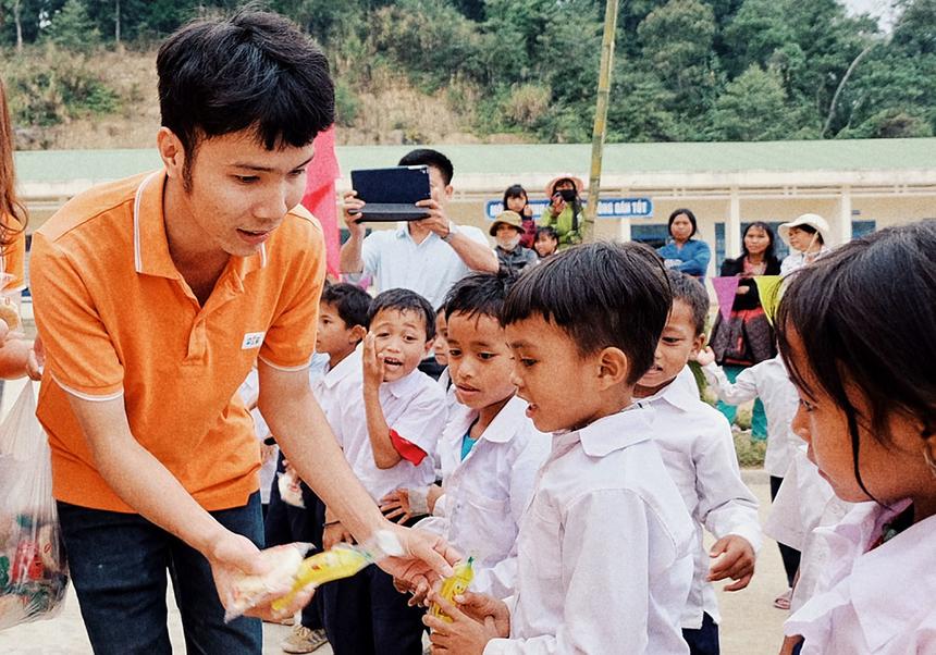 """Đoàn thiện nguyện tận tay trao tặng những phần quà nhỏ cho các em học sinh. Đây là chương trình nằm trong chuỗi sự kiện Ngày FPT vì cộng đồng với chủ đề """"Hướng về biên giới"""". Chương trình gồm nhiều hành động thiết thực của CBNV FPT trên toàn quốc, nhằm thể hiện tinh thần, trách nhiệm với xã hội..."""