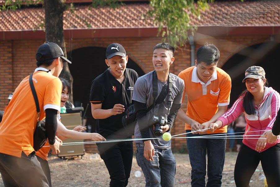 Trò chơi Chuyển bóng bằng dây yêu cầu sinh viên dùng tay để điều khiển sợi dây, từng bước chuyền những quả bóng đến vị trí quy định.