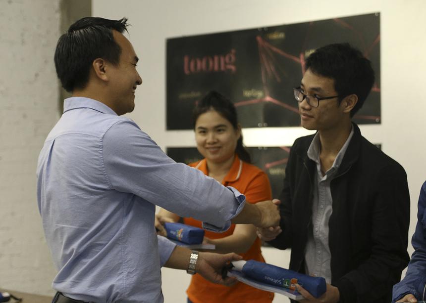 Đại diện đơn vị tổ chức tặng quà cho các ứng viên đạt số điểm cao trong phần trò chơi kiểm tra kiến thức được chia sẻ tại chương trình.