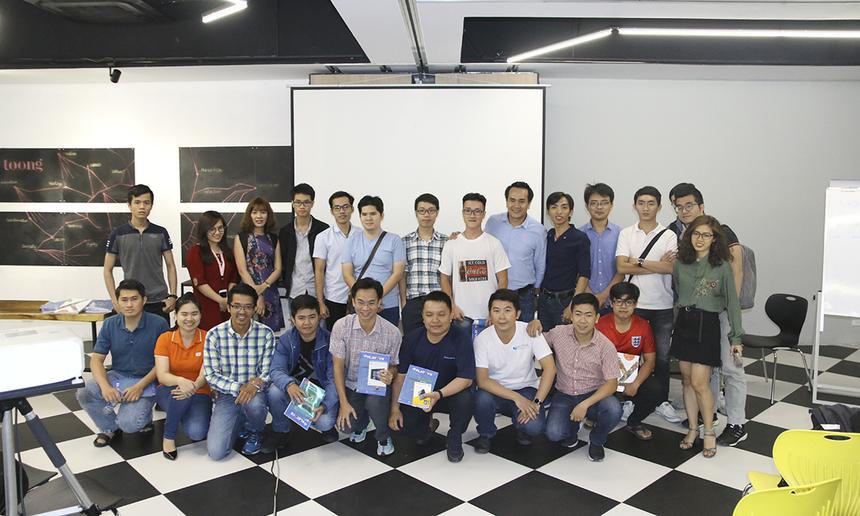 Đáp ứng nhu cầu tìm hiểu các kiến thức công nghệ hiện nay, FPT Software tổ chức các buổi hội thảo công nghệ định kỳ (Tech-Meetup) với các chủ đề khác nhau. Tại đây, các chuyên gia đến từ FPT Software sẽ chia sẻ kinh nghiệm từ các dự án nhà Phần mềm thực hiện cũng như phỏng vấn tuyển dụng để tìm kiếm những bạn trẻ cùng đồng hành để tiến đến World-class.
