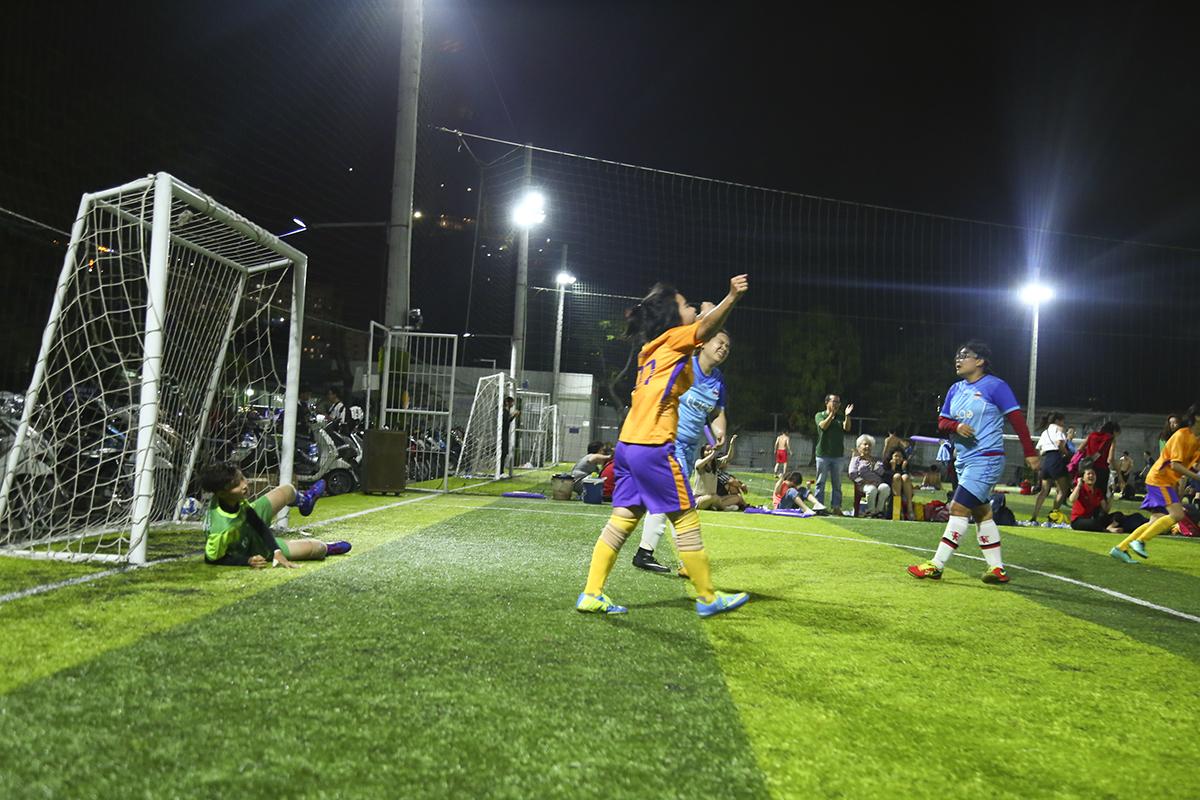 Ở trận đấu cuối cùng ở vòng bảng, dù phải đối đầu đối thủ rất mạnh SOS nhưng các nữ cầu thủ FFE vẫn có được chiến thắng để giành ngôi đầu bảng B và bước vào vòng bán kết gặp đội nhì bảng Girls in Blue của bảng A.