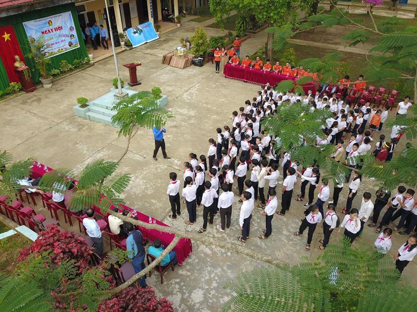 Ngày 25/3, FPT Telecom Huế đã thực hiện chương trình thiện nguyện tại trường Tiểu học và THCS Nam Phú, huyện Nam Đông. Đây là địa phương thuộc vùng núi, chủ yếu đồng bào dân tộc thiểu số và đời sống của nhân dân còn gặp nhiều khó khăn, tỷ lệ hộ nghèo ở mức cao. Thời gian qua, ngành giáo dục Huế tập trung xây dựng môi trường học đường văn minh, giáo viên chủ nhiệm nắm rõ hoàn cảnh học sinh khó khăn để động viên kịp thời.