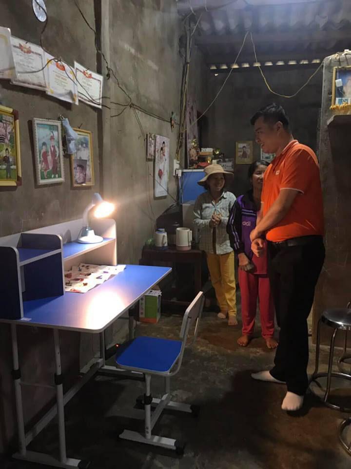 """Người FPT đưa bàn học về nhà học sinh, nhiều phụ huynh phấn khởi khi thấy con em mình được nhận góc học tập. Những góc học tập sẽ tiếp thêm động lực để các em cố gắng vươn lên thành người có ích cho xã hội. Sự kiện Người FPT vì cộng đồng 2019 mang chủ đề """"Hướng về biên giới"""". Chương trình gồm nhiều hành động thiết thực của CBNV FPT trên lãnh thổ Việt Nam, nhằm thể hiện tinh thần, trách nhiệm với xã hội và tri ân anh hùng đã chiến đấu trong cuộc chiến bảo vệ biên giới xảy ra cách đây tròn 40 năm. Bên cạnh các sự kiện thường niên như hiến máu nhân đạo, mở gian hàng từ thiện… FPT hưởng ứng chủ đề năm nay bằng hoạt động trao 1.000 góc học tập cho trẻ em nghèo và 5.000 lá cờ cho các hộ dân tại 25 tỉnh biên giới, trong thời gian từ 13/3 đến 30/3. Đặc biệt, điểm nhấn của toàn bộ sự kiện là hành trình thăm lại huyện Vị Xuyên (Hà Giang), một trong những mặt trận ác liệt nhất của hai cuộc chiến tranh bảo vệ biên giới các năm 1979 và 1984. Từ năm 2010, FPT chọn ngày 13/3 là """"Ngày FPT vì cộng đồng"""" để mỗi cán bộ, nhân viên tham gia đóng góp một phần nhỏ bé cho xã hội bằng những hành động cụ thể. Trong 9 năm qua, FPT đã chọn các chủ đề ý nghĩa cho ngày 13/3 như: """"Chia sẻ nỗi đau, mang lại nụ cười""""; """"Tặng nụ cười - Trao hạnh phúc""""; """"Chung tay góp sách, chắp cánh ước mơ""""; """"Tôi tử tế""""ự kiện Người FPT vì cộng đồng 2019 mang chủ đề """"Hướng về biên giới"""". Chương trình gồm nhiều hành động thiết thực của CBNV FPT trên lãnh thổ Việt Nam, nhằm thể hiện tinh thần, trách nhiệm với xã hội và tri ân anh hùng đã chiến đấu trong cuộc chiến bảo vệ biên giới xảy ra cách đây tròn 40 năm."""