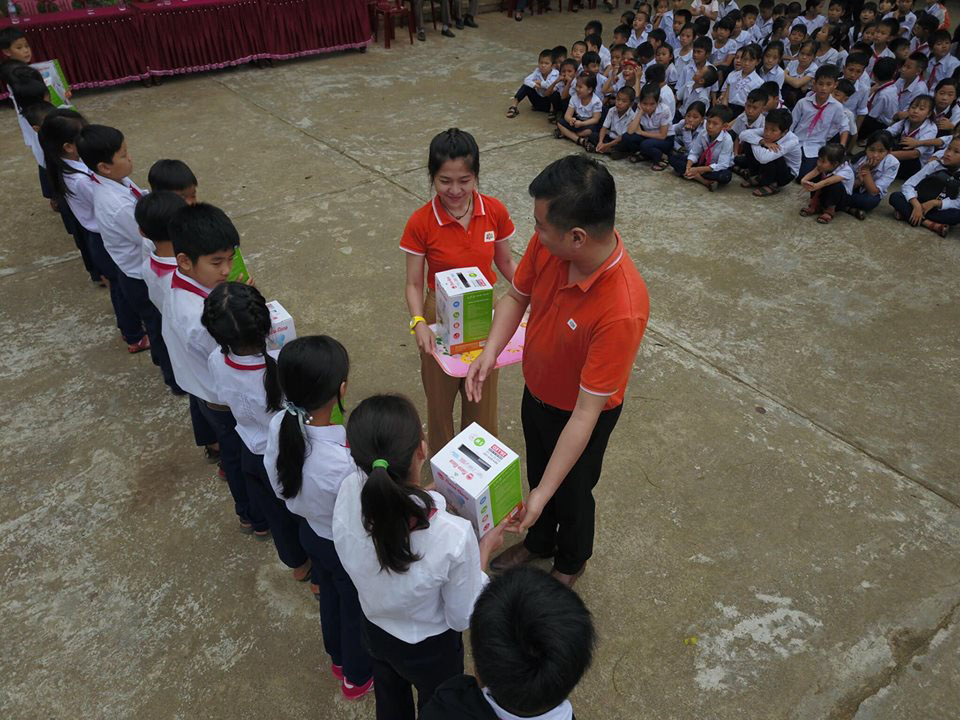 """Với chủ đề """"Hướng về biên giới"""", đoàn thiện nguyện tận tay trao tặng 15 góc học tập (15 bàn học và 15 đèn học) và 100 cờ tổ quốc. Chương trình gồm nhiều hành động thiết thực của CBNV FPT trên lãnh thổ Việt Nam, nhằm thể hiện tinh thần, trách nhiệm với xã hội và tri ân anh hùng đã chiến đấu trong cuộc chiến bảo vệ biên giới xảy ra cách đây tròn 40 năm."""