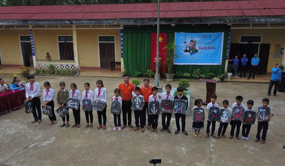 Ngoài ra, FPT Telecom Huế còn dành tặng 20 suất quà gồm ba lô và tập vở cho 20 học sinh nghèo vượt khó.