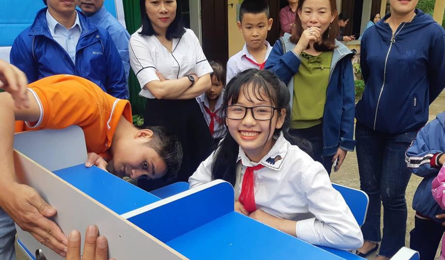 """Niềm vui của học sinh khi nhận được góc học tập từ đoàn FPT.Chị Trần Thị Lan Hương, nhân viên Hành chính nhân sự FPT Telecom Huế, cho biết chi nhánh mong muốn được chia sẻ những hoàn cảnh khó khăn, có ý chí vươn lên trong cuộc sống. Mỗi năm, FPT đều triển khai những chương trình hỗ trợ thông qua hình thức trao học bổng hay tủ sách... """"Những phần quà trao tặng không nặng về giá trị vật chất nhưng với các góc học tập đẹp, chúng tôi mong muốn tạo động lực để biến ước mơ của học sinh nghèo thành hiện thực"""", chị chia sẻ."""