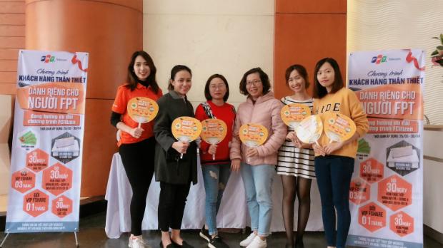 Đội ngũ nhân viên FPT Telecom chụp ảnh cùng CBNV tại tòa 17 Duy Tân. Ảnh: Thanh Nguyễn.