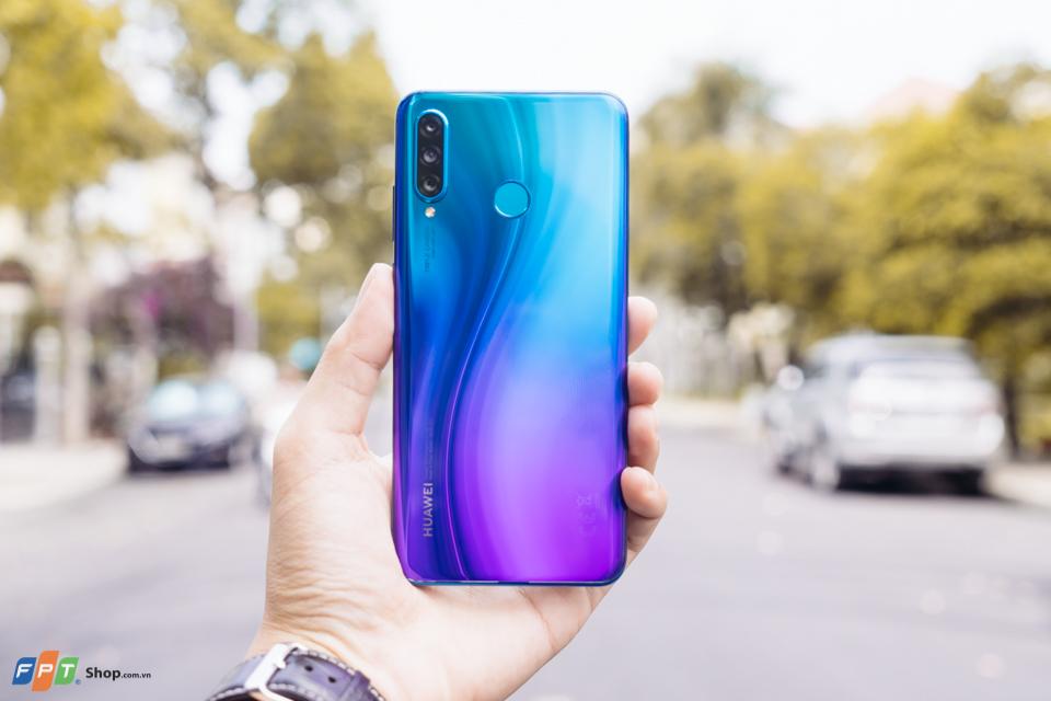 P30 Lite là mẫu smartphone tầm trung mới nhất của Huawei. Sản phẩm sẽ lên kệ FPT Shop từ ngày 8/4 với giá chính thức là 7.490.000 đồng cùng 3 sự lựa chọn về màu sắc: Đen, Trắng và Xanh.